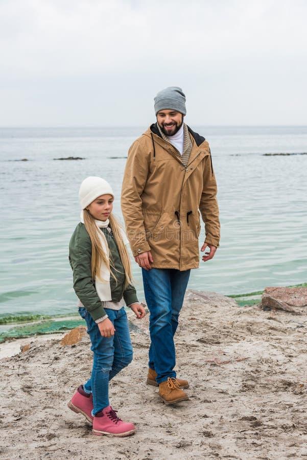 Szczęśliwy ojciec i córka wydaje czas wpólnie zdjęcia stock