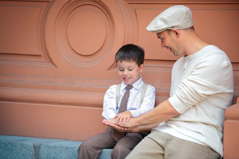 Szczęśliwy ojciec i mały syn ma zabawę w mieście zdjęcie royalty free