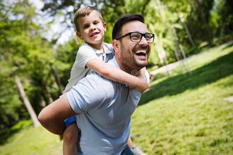 Szczęśliwy ojciec, jego syn i, ono uśmiecha się plenerowy zdjęcie royalty free