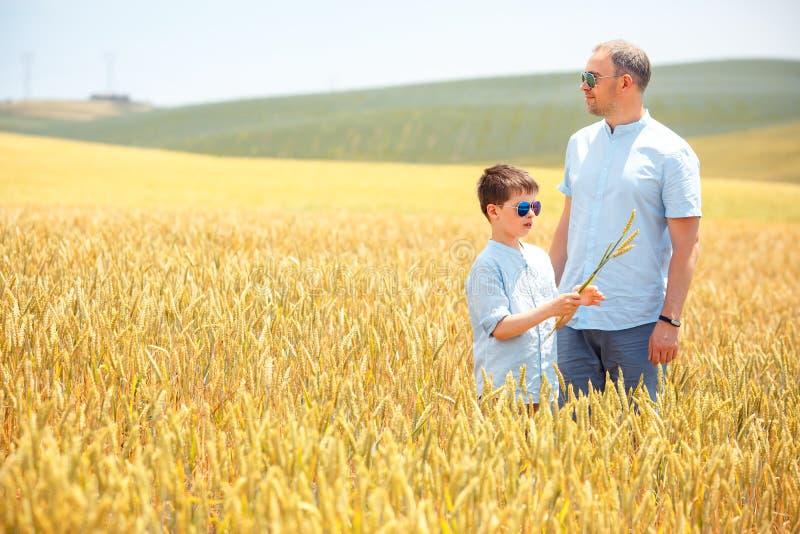 Szczęśliwy ojciec z małym synem chodzi szczęśliwie wewnątrz zdjęcia stock