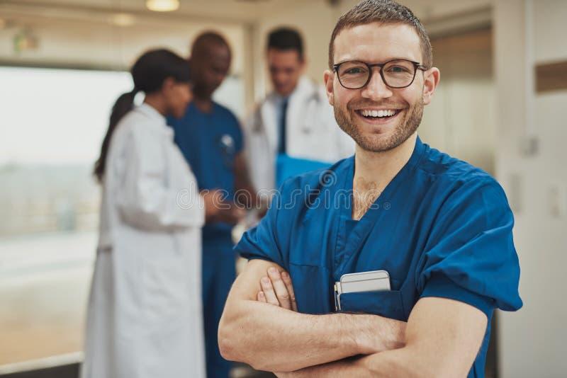 Szczęśliwy optymistycznie młody szpitalny chirurg obrazy stock