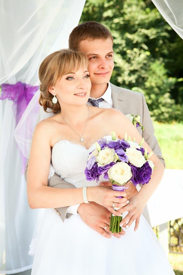 Szczęśliwy państwo młodzi na ich ślubie obrazy royalty free