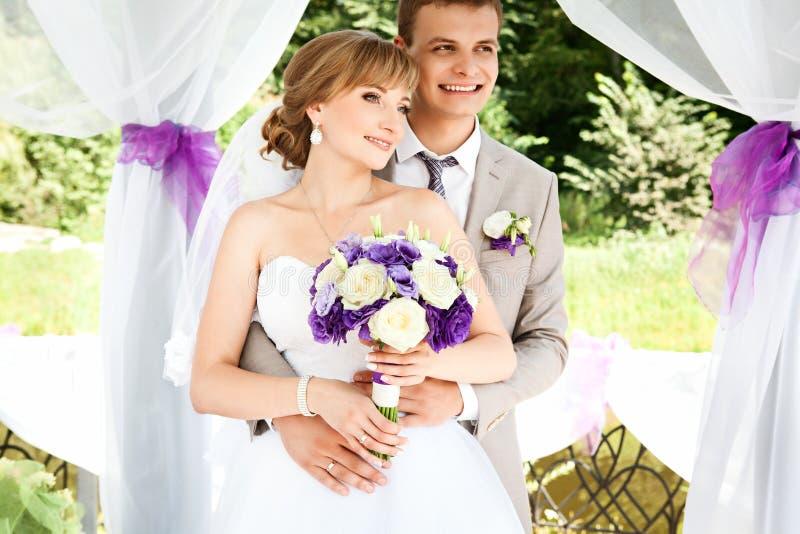 Szczęśliwy państwo młodzi na ich ślubie obraz stock
