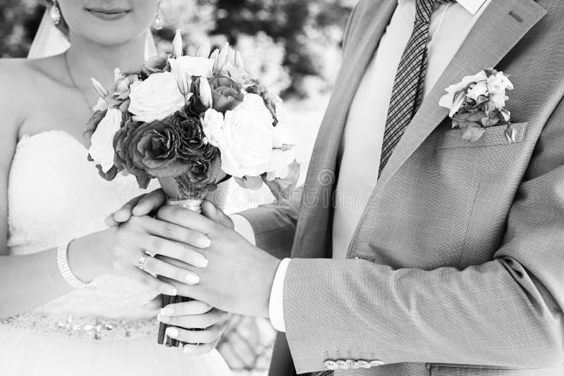Szczęśliwy państwo młodzi na ich ślubie zdjęcie stock