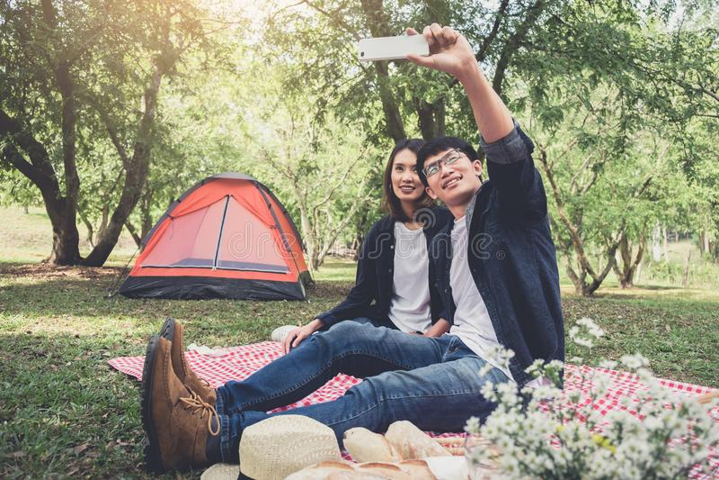 Szczęśliwy para camping na naturze, bierze selfie strzelającego smil fotografia royalty free