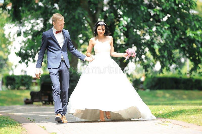 Szczęśliwy para spacer przez parka Dzień ślub zdjęcie royalty free