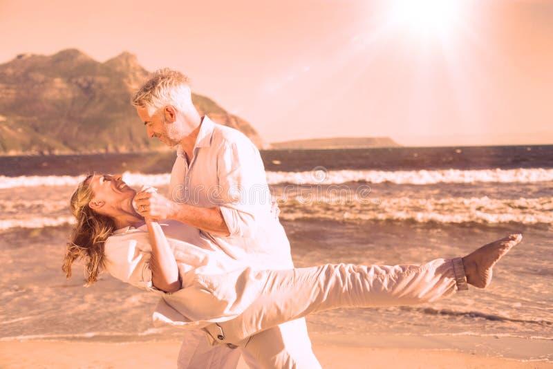 Szczęśliwy para taniec na plaży wpólnie ilustracji