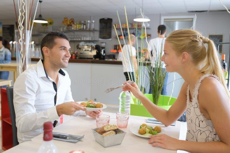 Szczęśliwy pary łasowanie przy restauracją fotografia stock