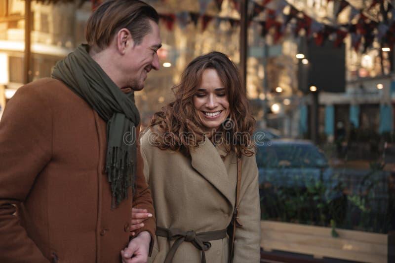 Szczęśliwy pary chodzić plenerowy z przyjemnością fotografia stock