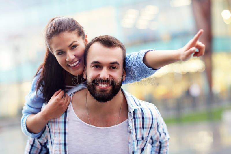 Szczęśliwy pary datowanie w mieście zdjęcie royalty free