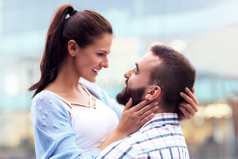 Szczęśliwy pary datowanie w mieście zdjęcie stock