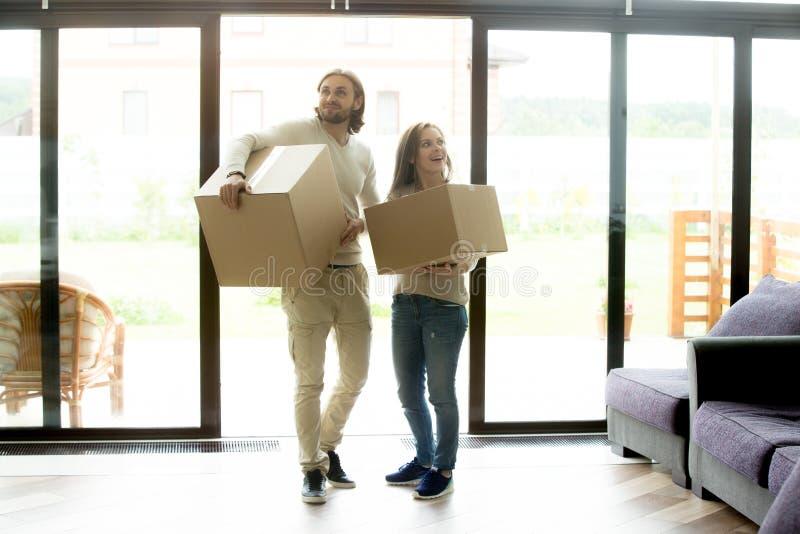 Szczęśliwy pary mienie boksuje wchodzić do dom, rusza się w nowym domu zdjęcie royalty free