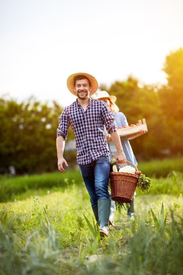 Szczęśliwy pary oddawanie od ogródu fotografia stock