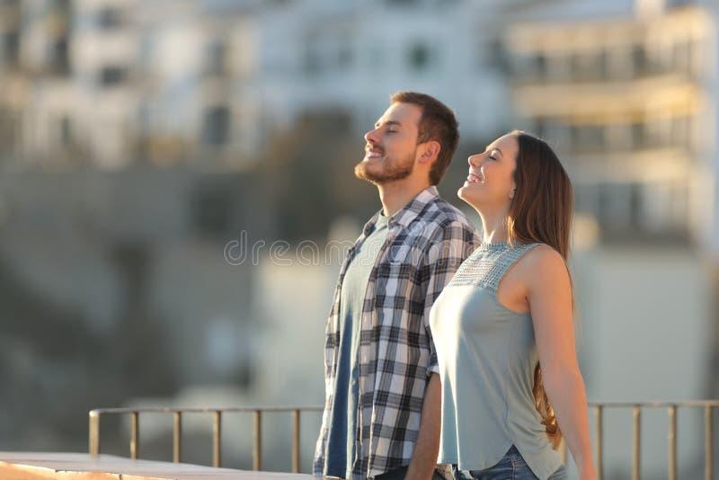 Szczęśliwy pary oddychania świeże powietrze w miasteczku obrazy royalty free