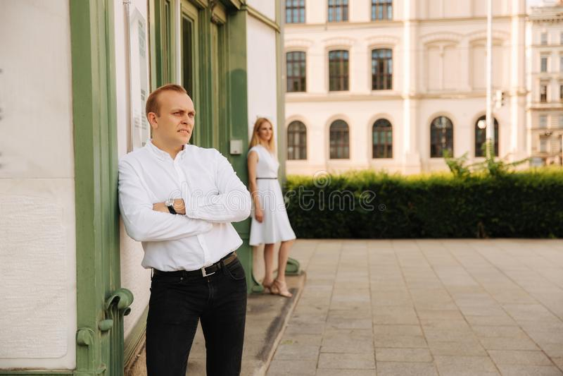 Szczęśliwy pary odprowadzenie wokoło miasta parkowymi Czarny i biały ubraniami obrazy royalty free