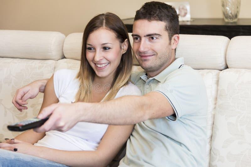Szczęśliwy pary tv dom zdjęcia royalty free