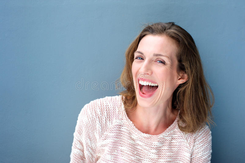 Szczęśliwy piękny świeży w połowie dorosłej kobiety śmiać się fotografia stock