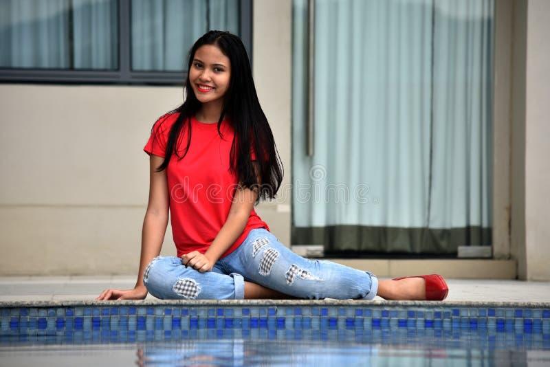 Szczęśliwy Piękny filipinka osoby obsiadanie basenem fotografia royalty free