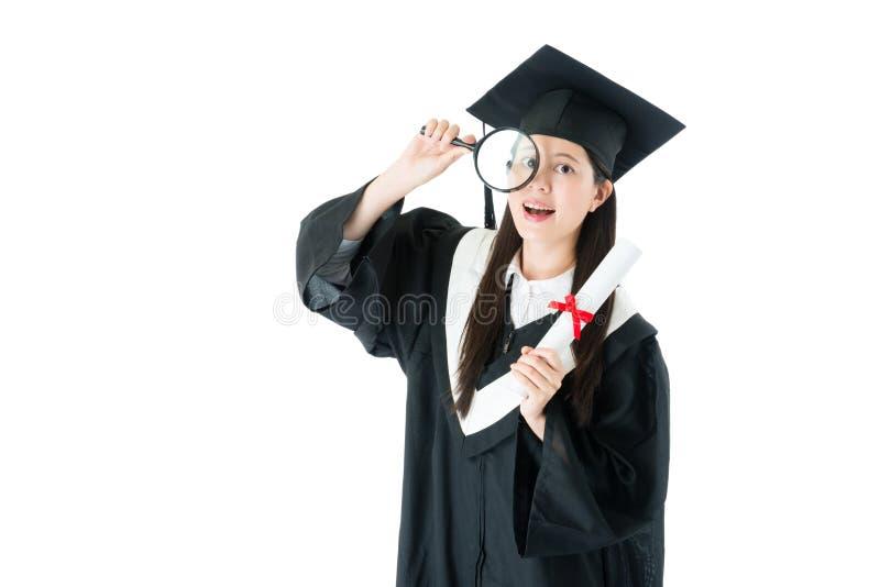 Szczęśliwy piękny kobieta absolwenta mienia magnifier zdjęcia royalty free