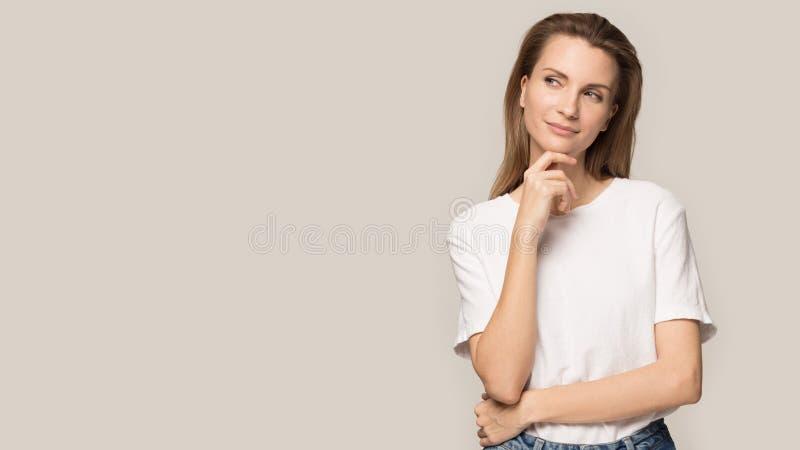 Szcz??liwy pi?kny kobieta u?miech dotyka czyst? twarzy sk?r? zdjęcia royalty free