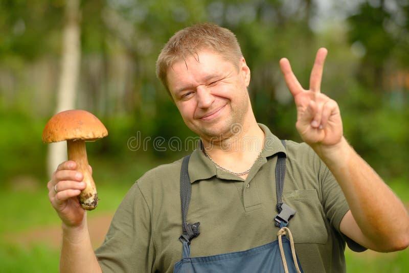 Szczęśliwy pieczarkowy zbieracz trzyma cepe w ręce zdjęcie stock