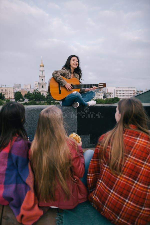 Szczęśliwy piosenkarz i fan na show na żywo obrazy royalty free