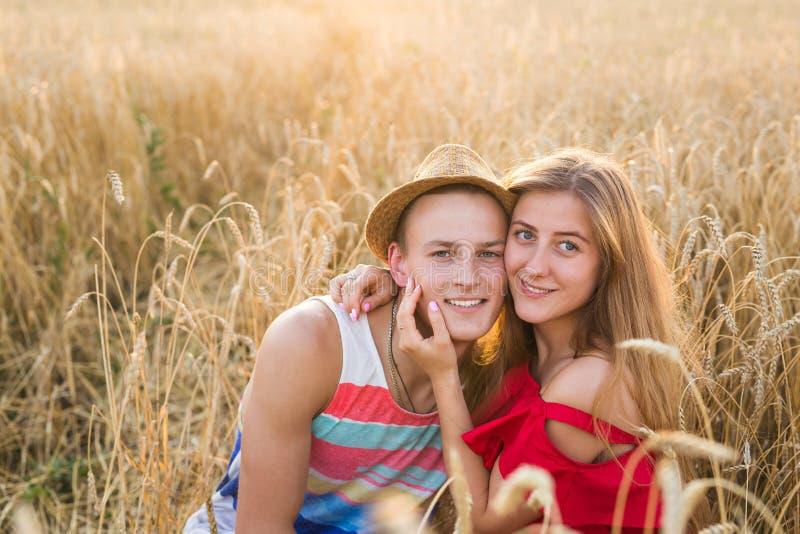 Szczęśliwy plenerowy portret młoda elegancka para w lecie w polu zdjęcie royalty free