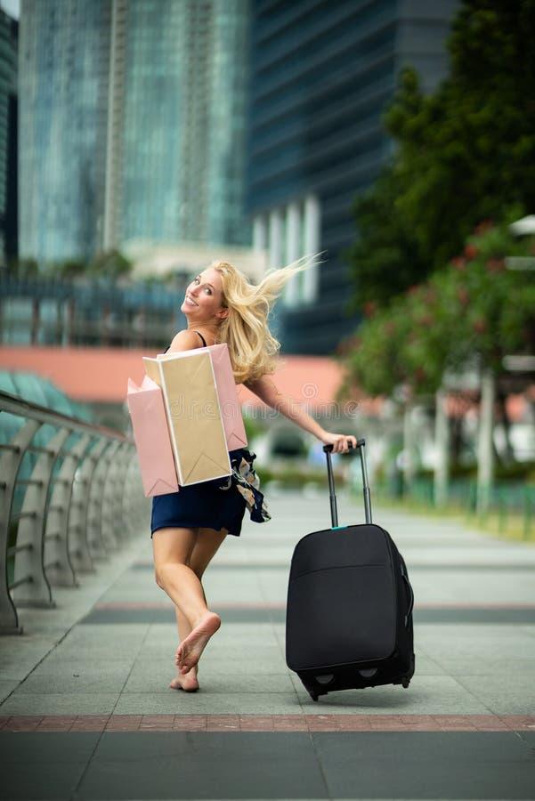 Szczęśliwy podróżnik po robić zakupy Z podnieceniem Piękny kobiety być ubranym obraz royalty free