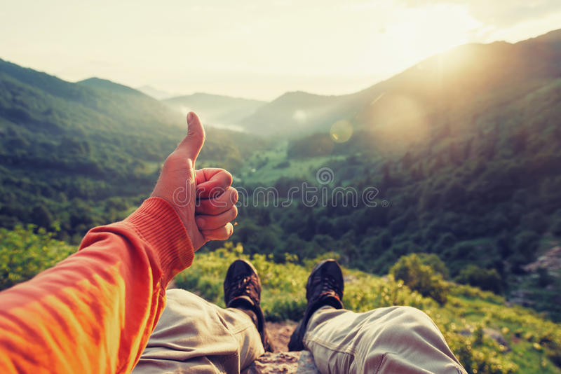 Szczęśliwy podróżnik pokazuje kciuk up zdjęcia royalty free