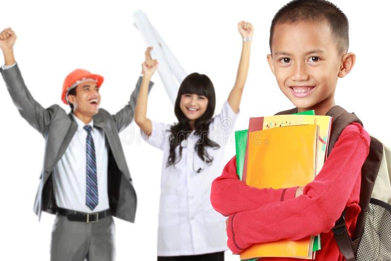 Szczęśliwy podstawowy uczeń marzy być pomyślnym pe z książkami obrazy royalty free
