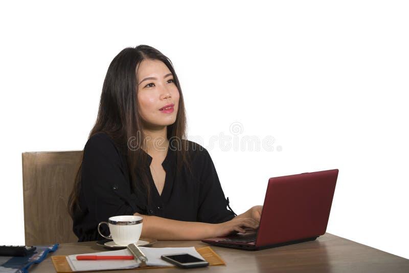 Szczęśliwy pomyślny Azjatycki Chiński biznesowej kobiety pracować relaksował przy biurowego komputeru biurka ono uśmiecha się roz obrazy stock