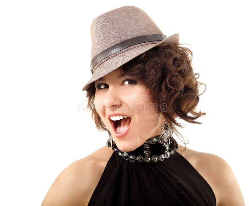 Szczęśliwy portret cieszy się w kapeluszu młoda kobieta obraz stock
