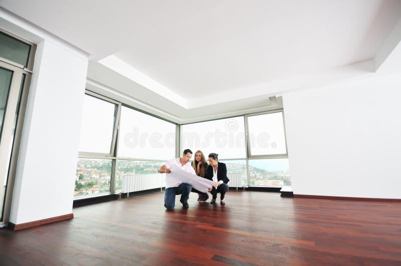 Szczęśliwy potomstw pary kupienia dom fotografia stock