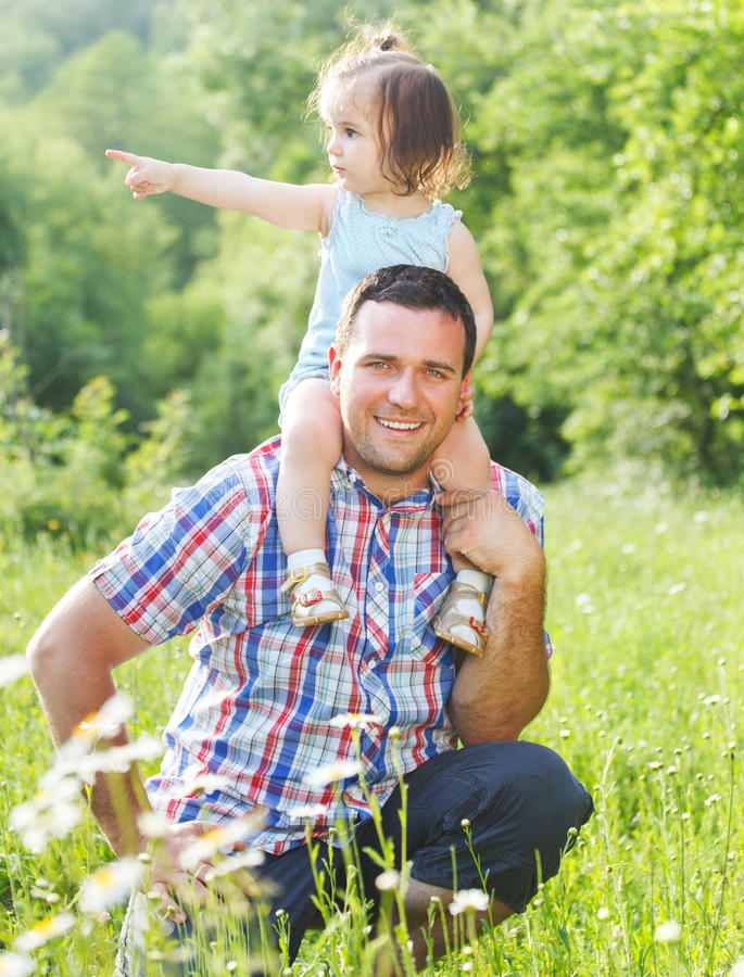 Szczęśliwy potomstwo ojciec z małą córką outdoors obraz royalty free