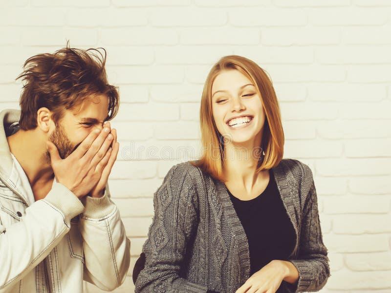 Szczęśliwy potomstwo pary śmiech obrazy stock