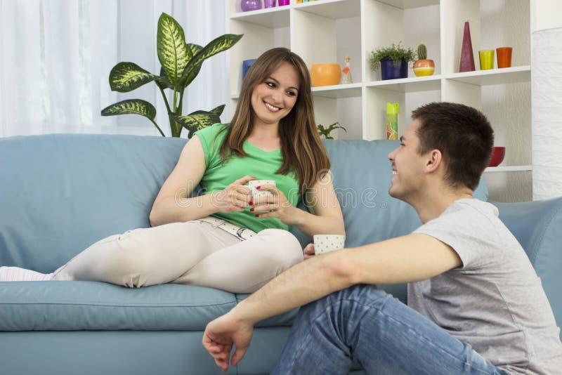 Szczęśliwy potomstwo pary opowiadać obrazy stock