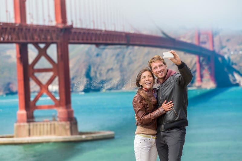 Szczęśliwy potomstwo pary turystów selfie San Fransisco obraz stock