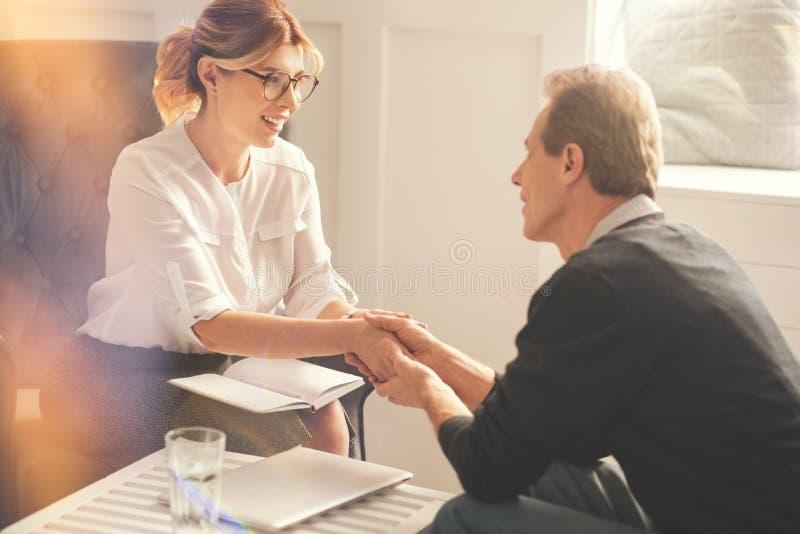 Szczęśliwy pozytywny mężczyzna jest wdzięczny jego terapeuta fotografia royalty free
