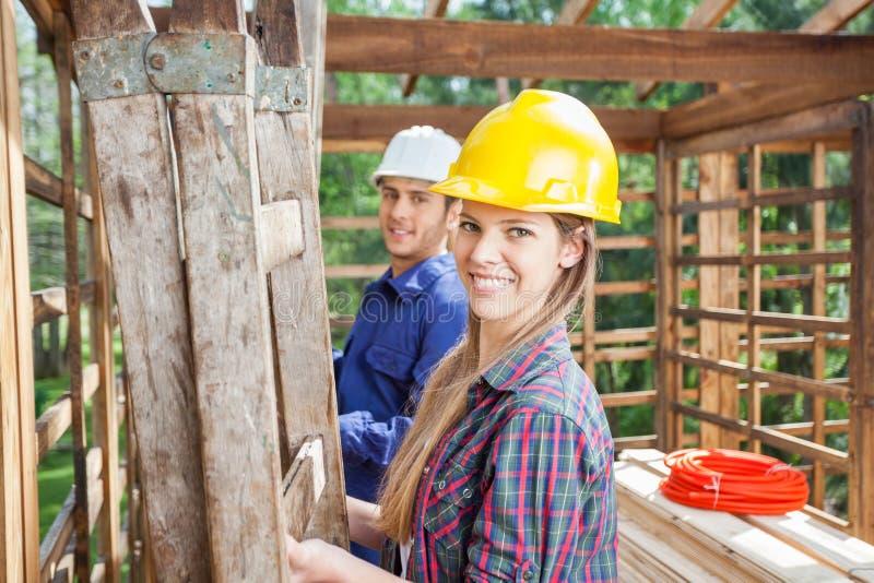 Szczęśliwy pracownik budowlany Z kolegą Przy miejscem fotografia royalty free
