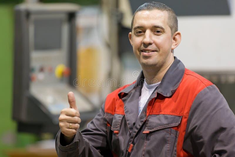 Szczęśliwy pracownik fabryczny gestykuluje ok zdjęcia royalty free