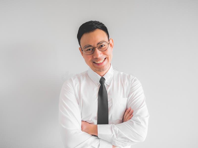 Szczęśliwy pracownika biznesmen w biuro mundurze zdjęcie stock