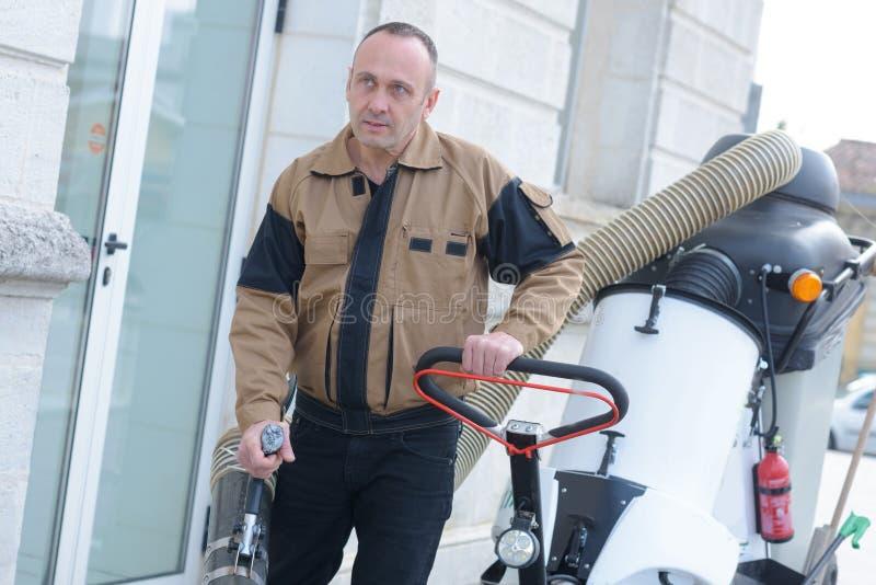 Szczęśliwy Pracujący mężczyzna Stoi Blisko kosz na śmiecie Na ulicie obrazy stock