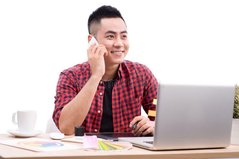 Szczęśliwy projektant pracuje na jego laptopie w kreatywnie biurze zdjęcia royalty free
