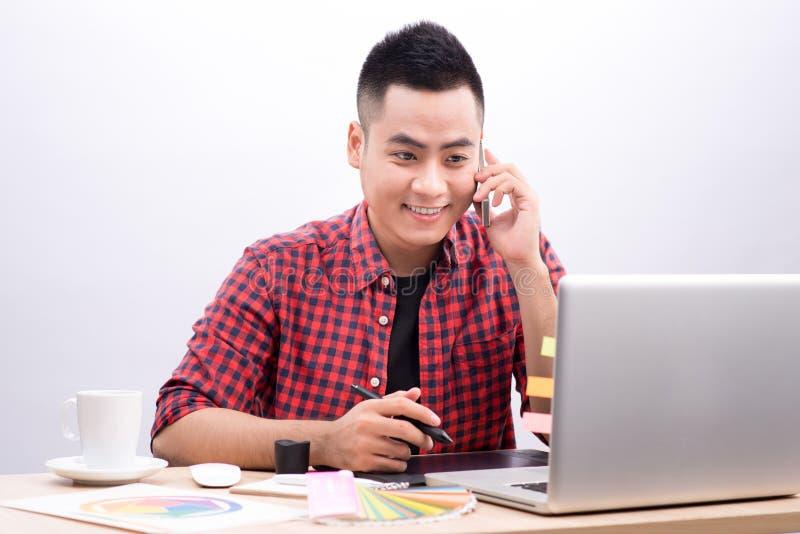 Szczęśliwy projektant pracuje na jego laptopie w kreatywnie biurze zdjęcie royalty free