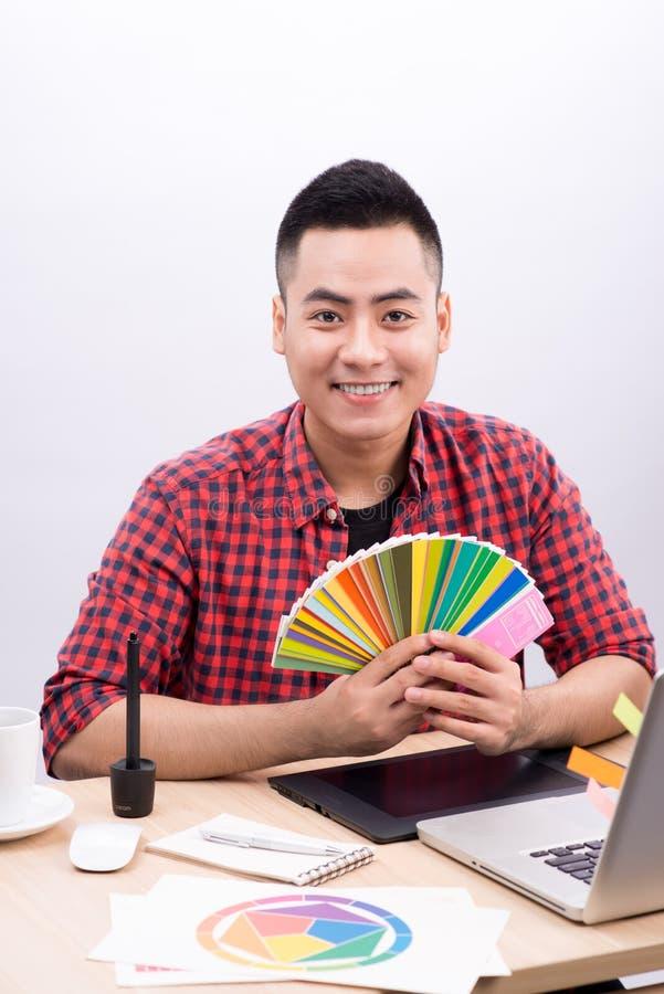Szczęśliwy projektant pracuje na jego laptopie w kreatywnie biurze obraz royalty free