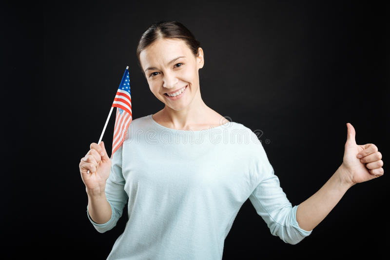 Szczęśliwy przyglądający uczeń pozuje z flaga amerykańską obraz royalty free