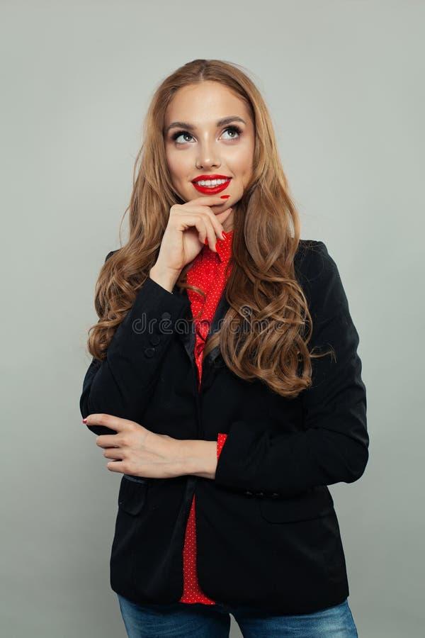 Szczęśliwy przyglądający w górę białego tła na i Młody bizneswoman lub uczeń w czarnym kostiumu portrecie obrazy stock