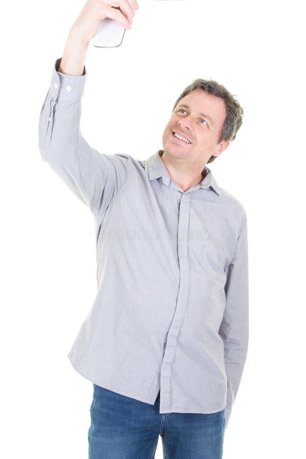 Szczęśliwy przypadkowy mężczyzna bierze selfie nad białym tłem zdjęcia royalty free