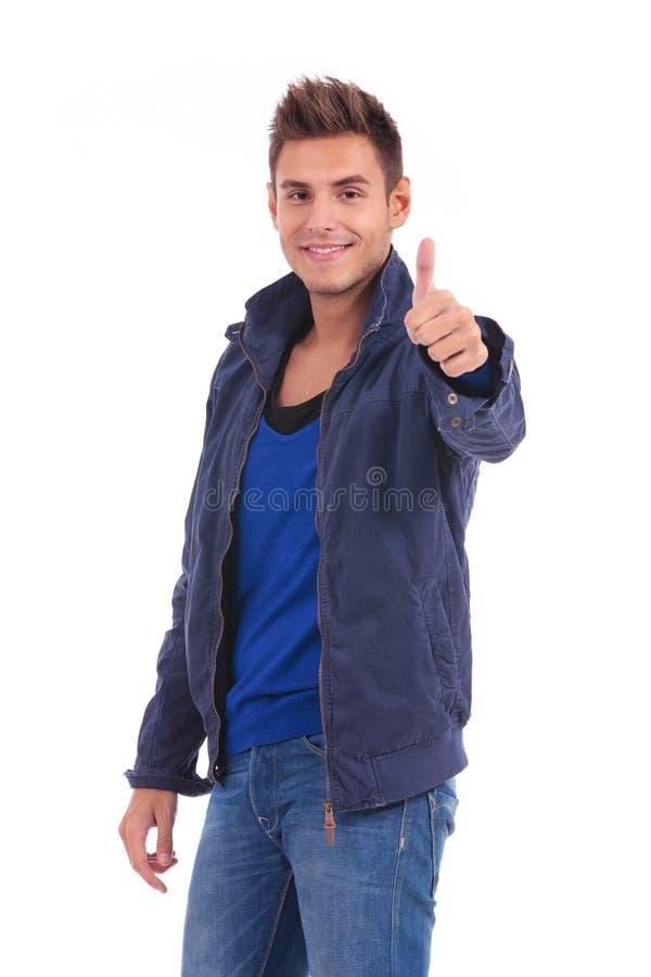 Szczęśliwy przypadkowy mężczyzna w kurtce robi ok znakowi zdjęcia stock