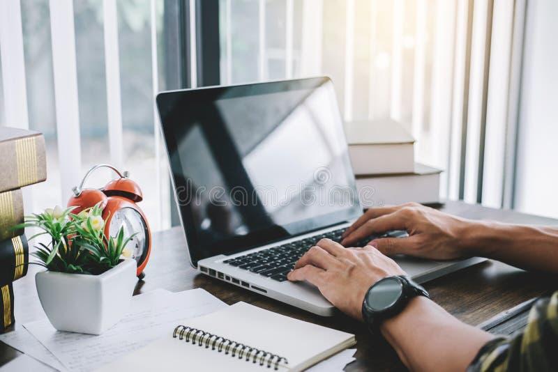 Szczęśliwy przypadkowy młody azjatykci mężczyzna pracuje w domowym lub małym biurowym dowcipie obraz stock
